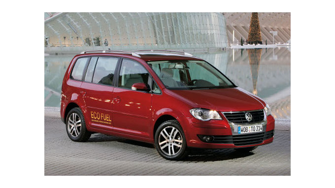 VW Touran TSI EcoFuel fährt vor