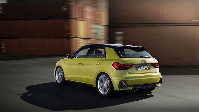 Audi A1 2018, fahrend, schräg, hinten