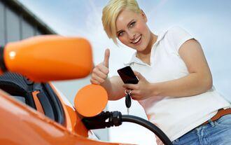 E-Auto, Elektroauto. laden, aufladen, Kabel, Frau,