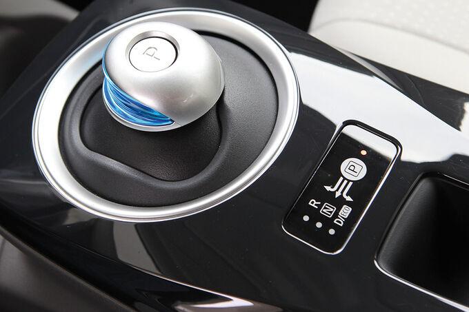 Nissan Leaf, ein blau leuchtende Knopf, Wählhebel
